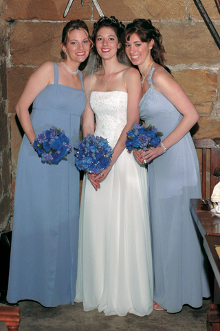 bride-with-bridesmaids-in-mismatched-dresses