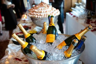 bottles-of-veuve-clicquot-champagne-on-ice-at-a-wedding-cocktail-hour
