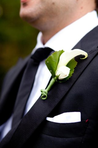 grooms-suit-lapel-with-pocket-square-and-rose-and-calla-lily-boutonniere