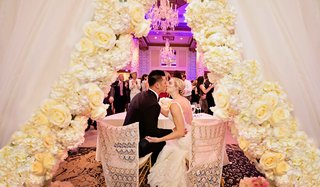 rob-refsnyder-of-new-york-yankees-kisses-bride-at-sweetheart-table-with-dramatic-flower-curtain