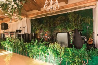 wedding-reception-band-in-front-of-ivy-with-greenery-hedge-and-iron-gate-in-front