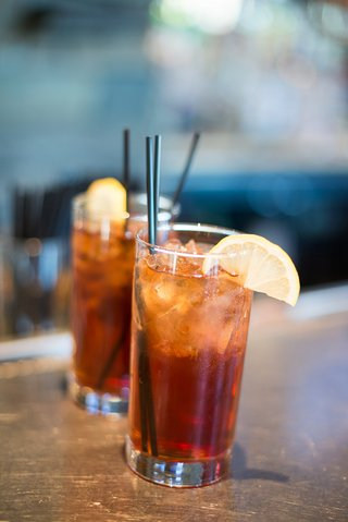 spiked-ice-tea-signature-cocktail-for-destination-wedding-and-southern-couple
