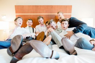 funny-photo-groom-groomsmen-getting-ready-on-bed-photo-like-bridesmaid-photo-classic