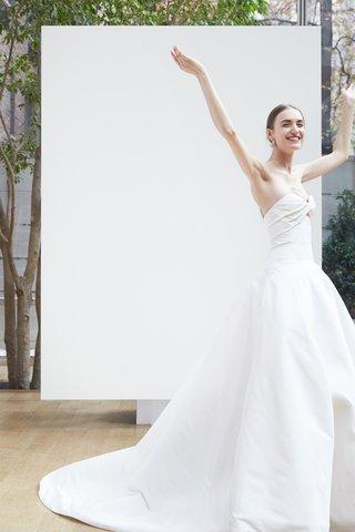 svetlana-oscar-de-la-renta-spring-2018-ivory-silk-faille-ball-gown-with-twisted-bodice