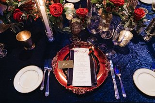 winter-wedding-tablescape-decorations-blue-linens-with-scarlet-rose-flower-arrangement-centerpieces