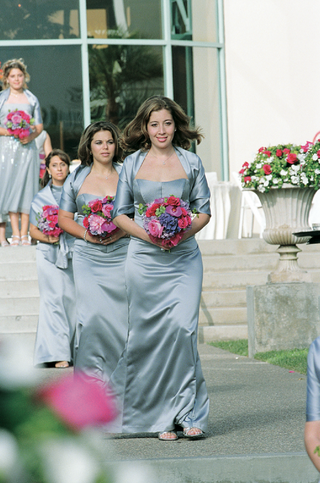 bridesmaids-holding-colorful-bouquets-and-wearing-shawls