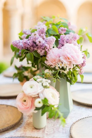 wedding-reception-small-centerpiece-pink-ranunculus-flowers-purple-flowers-greenery-faceted-vase