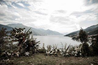lake-como-wedding-ceremony-stars-white-flowers-greenery-nature-beauty