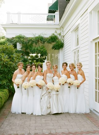 bride-with-eight-bridesmaids-in-white-gowns-and-bouquets