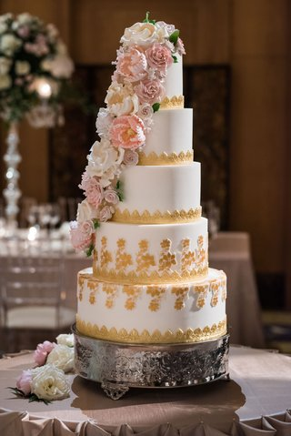 wedding-cake-five-layers-with-gold-details-and-pink-white-sugar-flower-down-side-of-cake