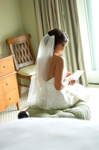 bride-reads-wedding-letter-from-groom
