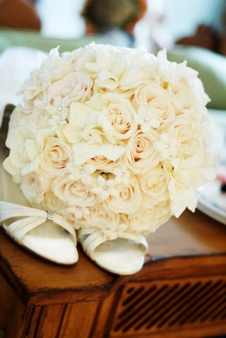 roses-and-stephanotis-dotted-with-rhinestones