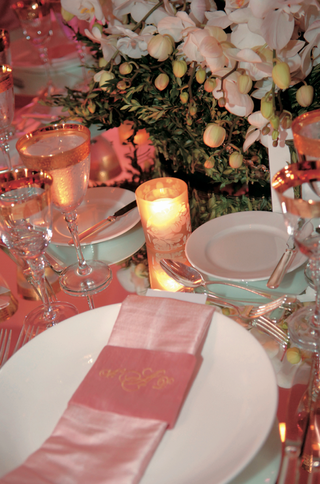 mirror-tabletop-with-pink-napkin-at-wedding-reception