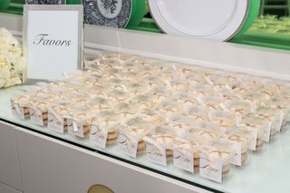 two-french-macarons-in-clear-box-with-love-sign-favors