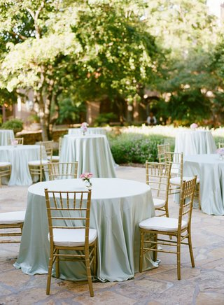 cocktail-table-with-pale-green-tablecloth-and-gold-chiavari-chairs