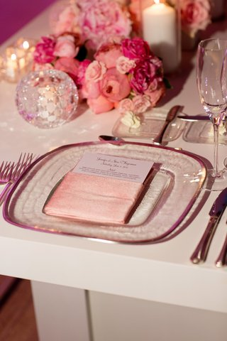 glass-charger-with-pink-napkin-and-pink-and-red-flowers