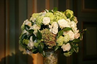 rose-and-hydrangea-floral-centerpiece