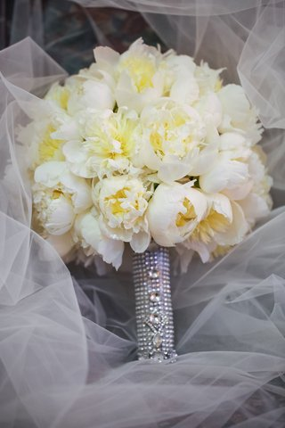 ivory-and-yellow-flowers-on-white-veil