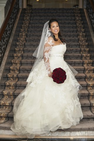 birde-in-tulle-and-lace-vera-wang-ball-gown-with-matching-veil-and-red-rose-bouquet