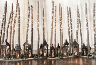 rustic-escort-card-display-with-lanterns-and-branches