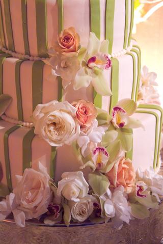 celadon-vertical-stripes-on-round-cake