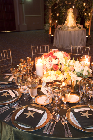 table-with-gilded-glassware-and-rose-centerpieces