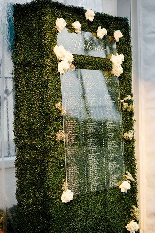 wedding-reception-boxwood-hedge-greenery-acrylic-lucite-seating-chart-white-flowers-welcome-sign