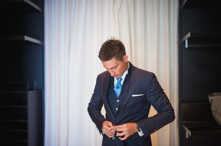 grooms-navy-blue-suit-with-blue-tie