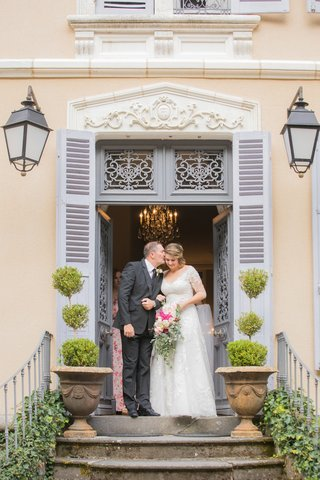 wedding-ceremony-processional-father-of-bride-giving-daughter-kiss-before-wedding-outdoor-france
