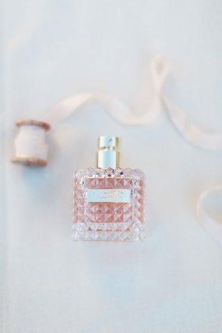 brides-wedding-perfume-valentino-donna-women-eau-de-parfum-spray-1-7-oz-wedding-photo-detail-shot