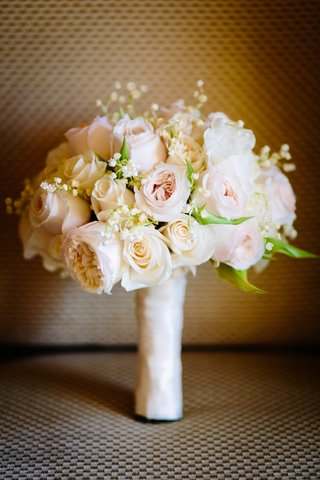 white-and-blush-bridal-bouquet-with-traditional-and-garden-roses-babys-breath