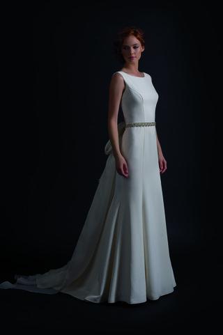 sleek-wedding-dress-with-no-sleeves-and-seams