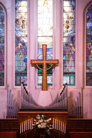 wedding-venue-church-in-indianapolis-indiana-large-cross-stained-glass-window-organ-pipes-flowers