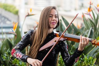 wedding-reception-cocktail-hour-electric-violinist-long-hair-violinist-outdoor-social-hour