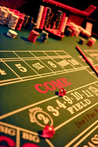 red-dice-on-green-felt-casino-game-table