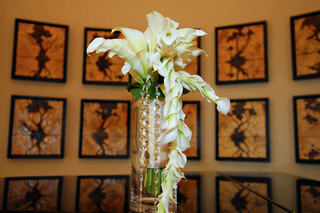 wedding-bouquet-with-white-calla-lily-flowers-and-crystal