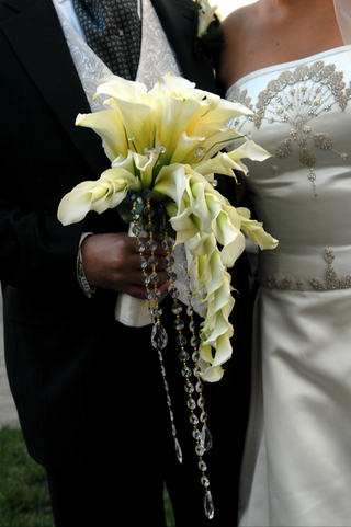 bridal-bouquet-with-calla-lily-and-crystal-details