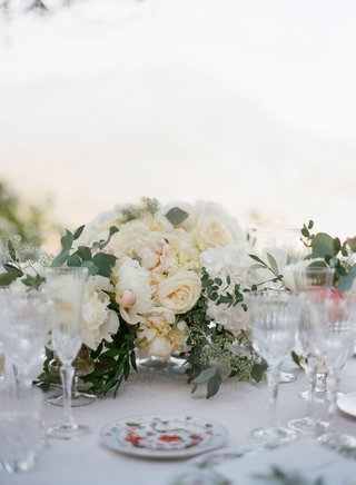 wedding-reception-low-centerpiece-ivory-rose-white-peony-hydrangea-greenery-colorful-china