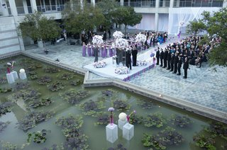 wedding-ceremony-in-courtyard-of-skirball-cultural-center