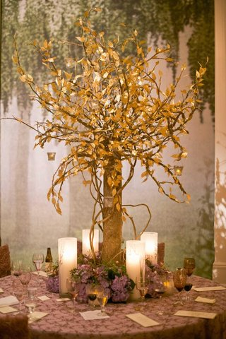woodsy-wedding-with-tree-trunk-centerpiece-and-gold-leaves