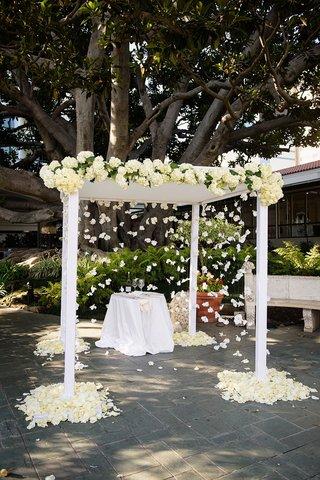 white-wedding-ceremony-under-fig-tree-at-fairmont-miramar-hotel-bungalows-in-santa-monica