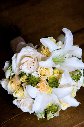 bouquet-of-white-lilies-and-yellow-roses