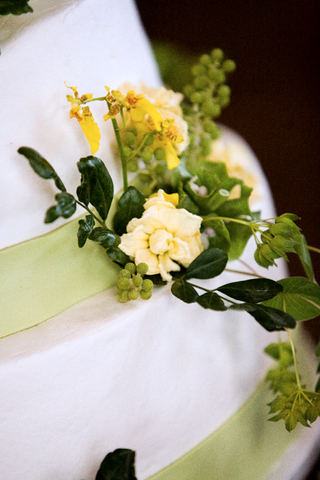 white-cake-with-green-fondant-ribbons-and-yellow-flowers