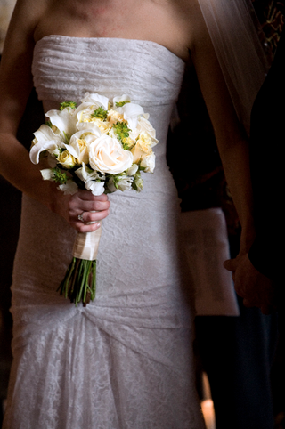 bride-carries-yellow-white-and-green-flowers