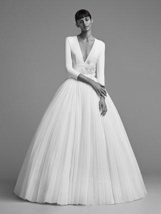 viktor-and-rolf-mariage-fall-winter-2018-wedding-dress-long-sleeve-v-neck-ball-gown-three-quarter