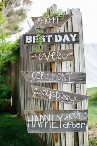 diy-wood-signs-for-outdoor-wedding-ceremony-and-reception