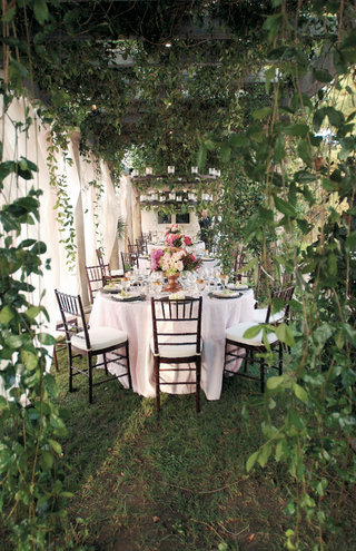 backyard-dinner-tables-surrounded-by-lush-greenery