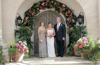 the-bride-and-her-parents-at-the-wedding-site