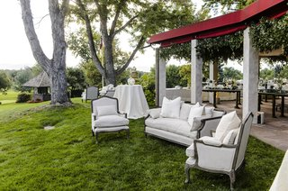 outdoor-cocktail-hour-with-white-sofas-and-arm-chairs