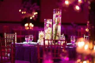 wedding-reception-table-with-submerged-white-calla-lilies-and-tulips-floating-candles